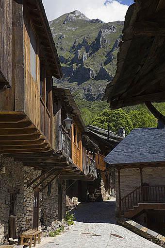 Casas de montaña. Población de PEÑALBA DE SANTIAGO. Valle del Silencio. Municipio de Ponferrada. Provincia de Leon. España. Spain