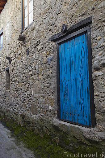 Puerta lateral de una casa. Población de MOLINA SECA. Provincia de Leon. Castilla y León. España. Spain