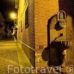 Fuente y calle. camino de Santiago a su paso por el pueblo de GRAÑÓN. La Rioja. España
