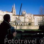Peregrino a su paso por la ciudad de BURGOS y el río Arlanza. Al fondo el arco de Santa Maria(1535) y detras la catedral. España. -camino de Santiago