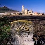 Iglesia de Ntra. Sra. del Manzano y mojón señalando el Camino de Santiago. CASTROJERIZ. Burgos. Castilla y León. España