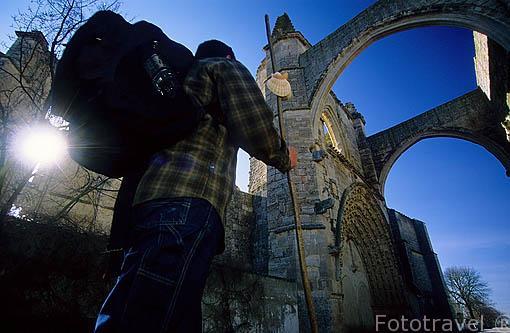 Ruinas de San Antón (s.XIV) y peregrino. Camino de Santiago. CASTROJERIZ. Burgos. Castilla y León. España