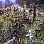 Cruces en el Alto de Ibañeta (1057 metros) dejadas por peregrinos. Puerta de entrada a España del camino de Santiago. Navarra. España