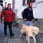 Anne Marie y Ronald, peregrinos con su caballo. camino de Santiago. Pueblo de LARRASOAÑA. Navarra. España (M.R.047)