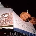 Anne Marie, peregrina alemana, escribiendo en el libro de visitas del albergue en LARRASOAÑA. Navarra. España (M.R.047)