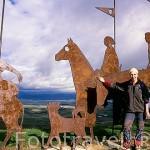 """Figuras de hierro """"Monumento al peregrino"""" y una peregrina Sra. Nekane Olano en el Alto del Perdón. PAMPLONA. Navarra. España"""
