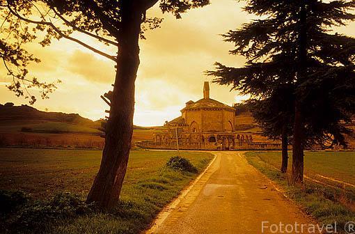 Ermita de Nuestra Señora de Eunate (s.XII) en medio del campo, cerca de OBANOS. Pamplona. Navarra. España. - Camino de Santiago -
