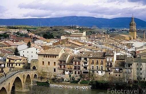 Pueblo de PUENTE LA REINA (GARES) y su puente del s.XI sobre el río Arga. Navarra. España - Camino de Santiago -