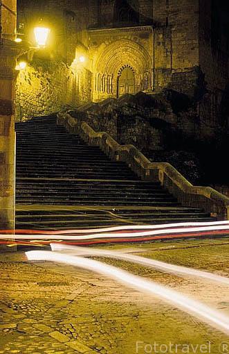 Iglesia de San Pedro de La Rua y su escalinata. Pueblo de ESTELLA. Navarra. España