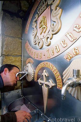 Fuente que ofrece vino al peregrino. Bodegas Irache junto al monasterio del mismo nombre. ESTELLA. Navarra. España