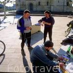 Los ciclistas Aitor, Sergio y Nacho almorzando junto a la iglesia romanica de FROMISTA. Palencia. Castilla y León. España