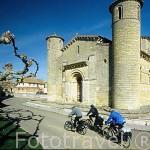 Los ciclistas Aitor, Sergio y Nacho paseando junto a la iglesia romanica de FROMISTA. Palencia. Castilla y León. España