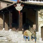 Pablo Payo conversando con Miguel Mañueco frente al meson de los Templarios. VILLALCÁZAR DE SIRGA. Palencia. Castilla y León. España