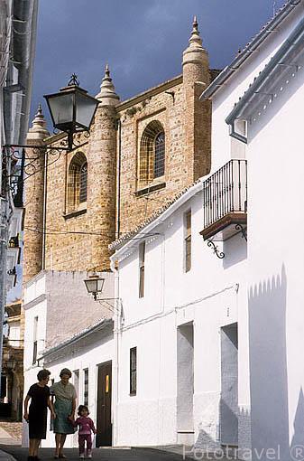Calle estrecha en el barrio del Azahín. CAZALLA DE LA SIERRA. Sevilla. España