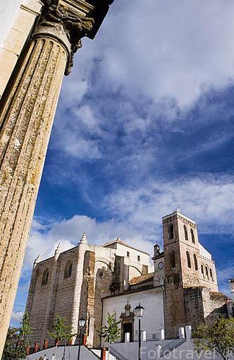 La plaza Mayor. Detras la iglesia de Nrta. Sra. de la Consololación, vistas desde las casas consistoriales. CAZALLA DE LA SIERRA. Sevilla. España