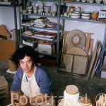 La Sra. Luisa Sanchez, ceramista, en su taller Estudio de Ceramica. CAZALLA DE LA SIERRA. Sevilla. España.