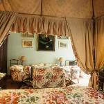 """Una habitación vista desde la cama del hotel """"Palacio de San Benito"""". CAZALLA DE LA SIERRA. Sevilla. España"""