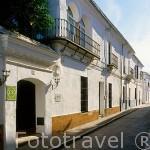 Calle y fachada de la casa rural Los Diezmos. Calle Antonio Machado. GUADALCANAL. Sierra Norte. Sevilla. España