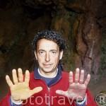Señor Antonio con las manos manchadas con hematite ( rojo) y Limonita ( amarillo),en la antigua mina de Cerro del Hierro. Sierra Norte. Sevilla. España.