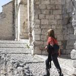 Subiendo las escaleras que dan acceso a la iglesia de San Pedro. s.XI. Pueblo de CUELLAR. Comarca de Tierra de Pinares. Segovia. Castilla y León. España