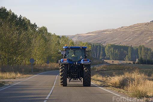 Tractor en la carretera cerca del pueblo de SACRAMENIA. Comarca de Tierra de Pinares. Segovia. Castilla y León. España