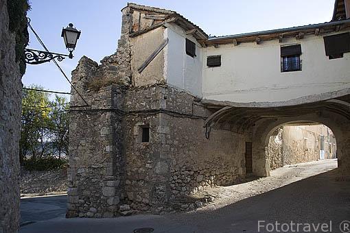 Puerta del Palacio. Pueblo de FUENTIDUEÑA. Comarca de Tierra de Pinares. Segovia. Castilla y León. España