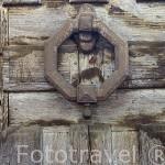 Aldaba antigua en una puerta. Comarca de Tierra de Pinares. Segovia. Castilla y León. España