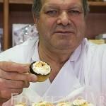 Pastelero José Manuel Gomez y pastelillos llamados Polcas. Pasteleria Gomez. Pueblo de CARBONERO EL MAYOR. Comarca de Tierra de Pinares. Segovia. Castilla y León. España