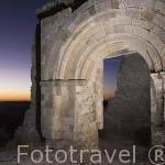 Ruinas de la iglesia de Sacramenia, tiene una sola nave con abside circular de estilo romanico, s.XII. En lo alto del cerro sobre el pueblo de SACRAMENIA. Comarca de Tierra de Pinares. Segovia. Castilla y León. España