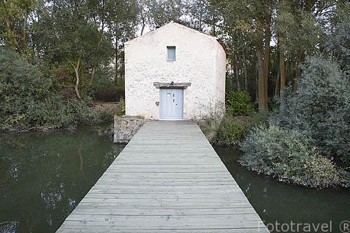 Casita sobre el rio Duratón. Cerca del pueblo de SAN MIGUEL DE BERNUY. Comarca de Tierra de Pinares. Segovia. Castilla y León. España