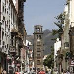 Calle Obispo Rey Redondo o La Carrera. Al fondo la torre de la iglesia, finales S.XVII. SAN CRISTOBAL DE LA LAGUNA. Patrimonio UNESCO. Tenerife. Islas Canarias. España