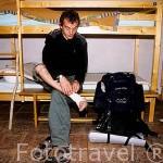 Pierre Boton, peregrino, bendandose el tobillo. Albergue peregrinos en SAINT JEAN PIED DU PORT. Francia