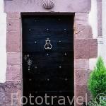 Detalle de una puerta decorada con vieiras, en calle de la Citadelle. SAINT JEAN PIED DU PORT. Francia