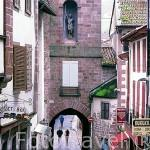 Calle de la Citadelle e Iglesia del pueblo de SAINT JEAN PIED DU PORT. Francia