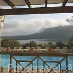 Piscina exterior del hotel Les Tresoms junto al lago de ANNECY. Alta Saboya. Rhones Alpes. Francia.