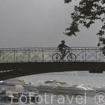 El puente de los Amores sobre el canal de Vasse cuyas aguas van a parar al lago de ANNECY y embarcaciones de recreo. Alta Saboya. Rhones Alpes. Francia.