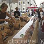 Venta de pan. Mercado de la calle Ste. Claire. Centro historico de ANNECY. Alta Saboya. Rhones Alpes. Francia.