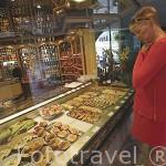"""Famosa tienda """"Pauvert"""" con productos de comida para llevar. En la calle Grenette. ANNECY. Alta Saboya. Rhones Alpes. Francia."""
