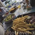 """Plato de patatas fritas y bistec. Restaurante """"Bistrot du Port"""" junto al lago de ANNECY, cerca de Sévrier.Alta Saboya. Rhones Alpes. Francia."""