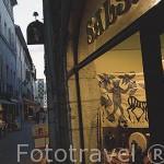 Calle y tiendas en el casco historico de la ciudad de CHAMBERY. Saboya. Rhones Alpes. Francia.