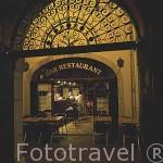 Enrejados tipicos y bar restaurante en el centro historico de la ciudad de CHAMBERY. Rhones Alpes. Francia