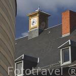 Una casa con reloj junto a la mediateca J.J. Rousseau. Ciudad de CHAMBERY. Rhones Alpes. Francia