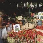Venta de frutas / hortalizas / verduras en el mercado en la Plaza de Ginebra. CHAMBERY. Rhones Alpes. Francia