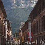 Calle Boigne. Al fondo la estatua de los Elefantes. CHAMBERY. Rhones Alpes. Francia