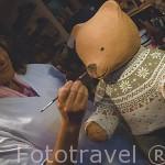 Artesania en barro con motivos de osos por Veronique Olivier en MEGEVE. Valle de Arly. Alta Saboya. Rhones Alpes. Francia