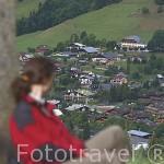 Senderista y la poblacion de MEGEVE. Valle de Arly. Alta Saboya. Rhones Alpes. Francia