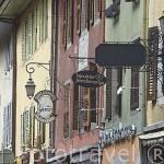 Calle con casas coloridas medievales en la poblacion de ROCHE SUR FORON. Alta Saboya. Rhones Alpes. Francia