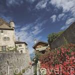 Calle junto al castillo de YVOIRE sobre el lago Leman. Alta Saboya. Rhones Alpes. Francia