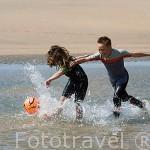 Niños con neoprenos jugando a la pelota en la playa de Vert Bois junto a la poblacion de LE GRAN VILLAGE PLAGE. Isla de Oleron. Francia
