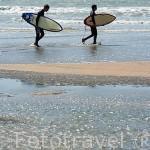 Chicos con sus tablas de surf y neoprenos en la playa de Vert Bois junto a la poblacion de LE GRAN VILLAGE PLAGE. Isla de Oleron. Francia